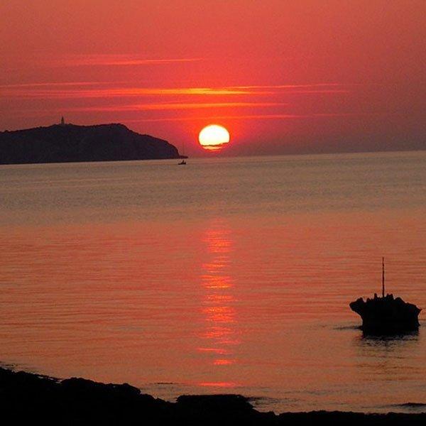Tra le dieci cose migliori da fare di notte ad Ibiza... puoi bere un drink al tramonto