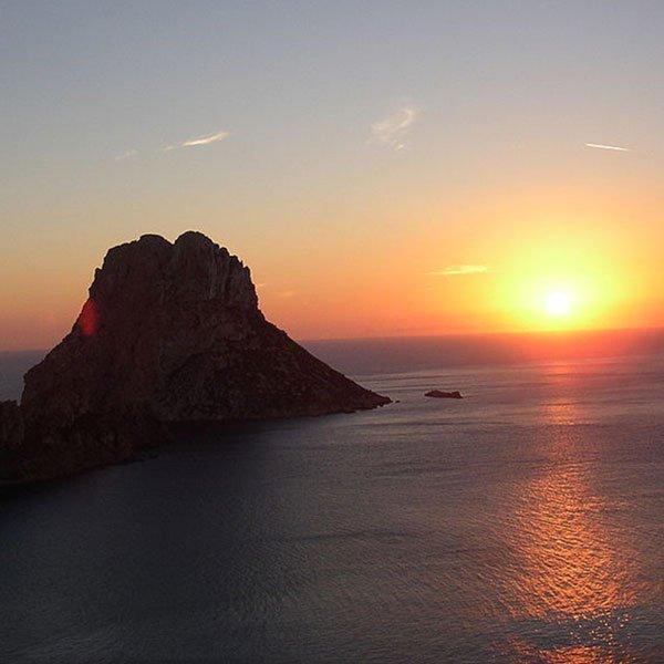 Tra le dieci cose migliori da fare di notte ad Ibiza... puoi fare una gita in barca serale