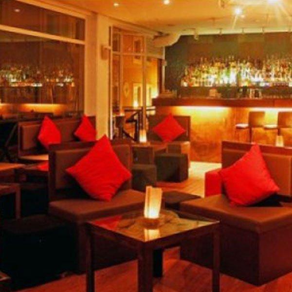 I cocktail sono famosi a Lisbona e un pioniere della scena dei cocktail è il Cinco Lounge, che si trova in una strada acciottolata di Portas Largas. Se ti piacciono i cocktail classici o contemporanei, Cinco ha una scelta di cento cocktail, ci credi?