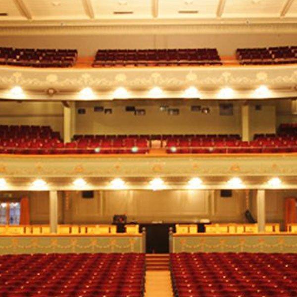 Il Teatro Tivoli è un altro teatro popolare che è stato costruito negli anni '20 e ha un ricco programma di balletti, commedie, spettacoli teatrali e concerti.