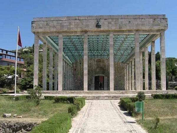 10 luoghi in Albania che i turisti non conoscono Tombe di Skanderbeg